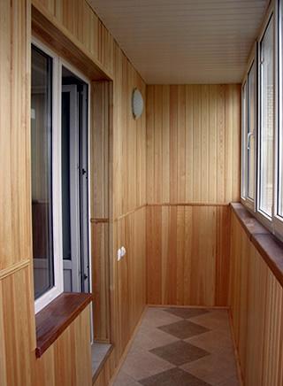 otdelka-balkona-derevyannoj-vagonkoj